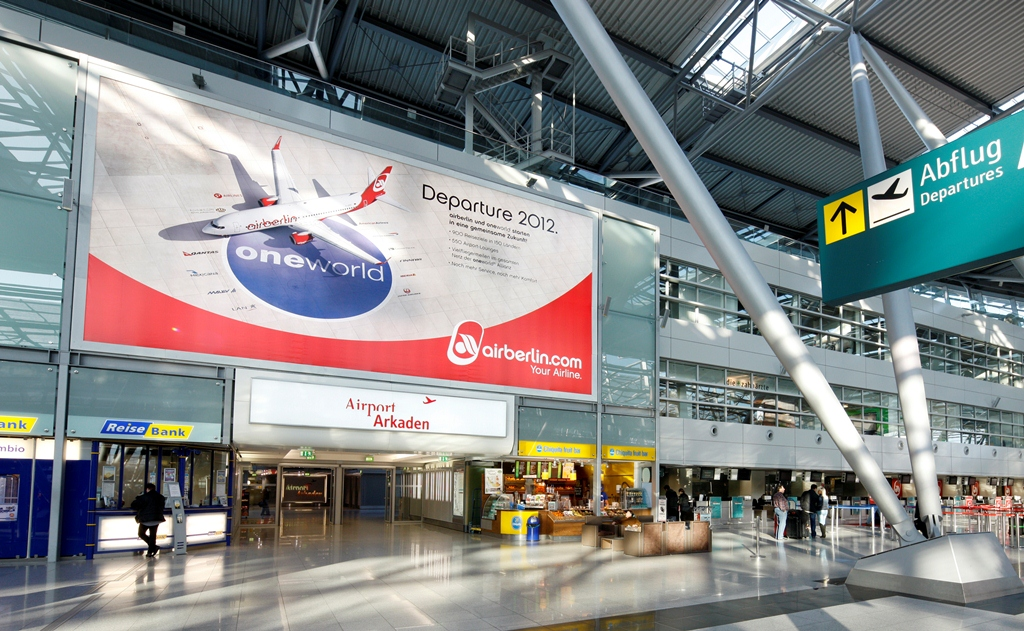 Plakat im Flughafen Düsseldorf zum oneworld Beitritt, Quelle: oneworld