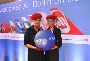air berin Flugbegleiterinnen mit one world Logo, Quelle: one world