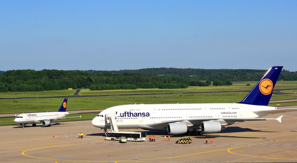 Größenunterschied zwischen dem Giganten Airbus A380 und einer Boeing 737 Foto: Rike / Pixelio