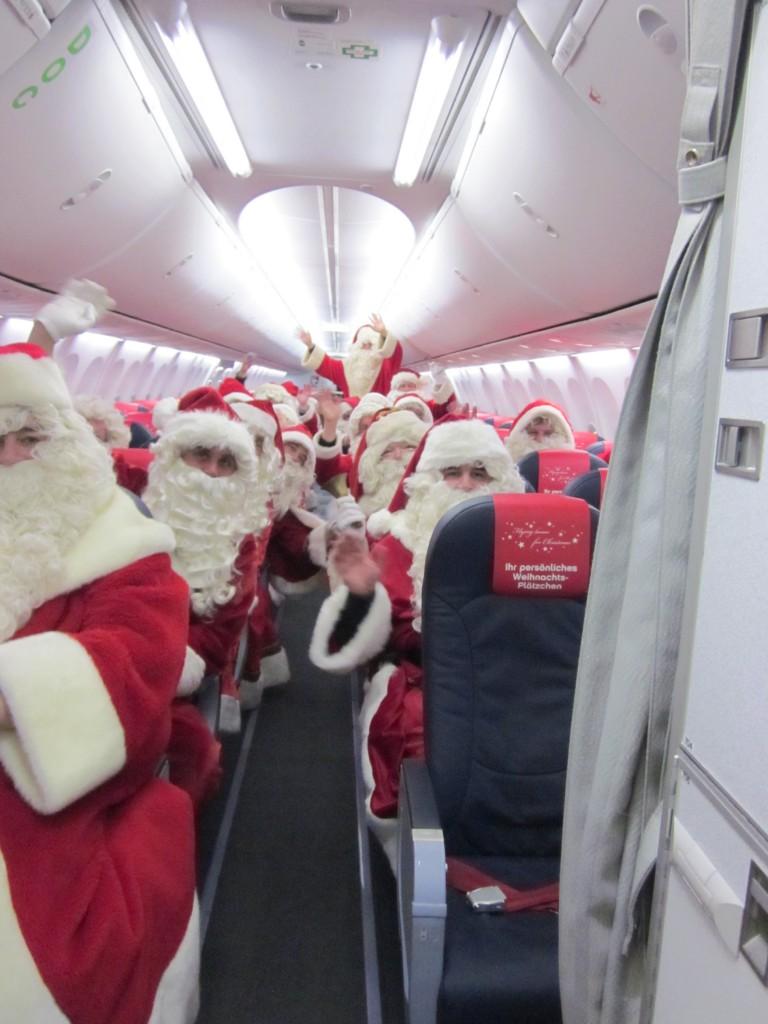 Weihachtsmänner an Bord des Weihnachtsfliegers Foto: Vielflieger-Lounges.de