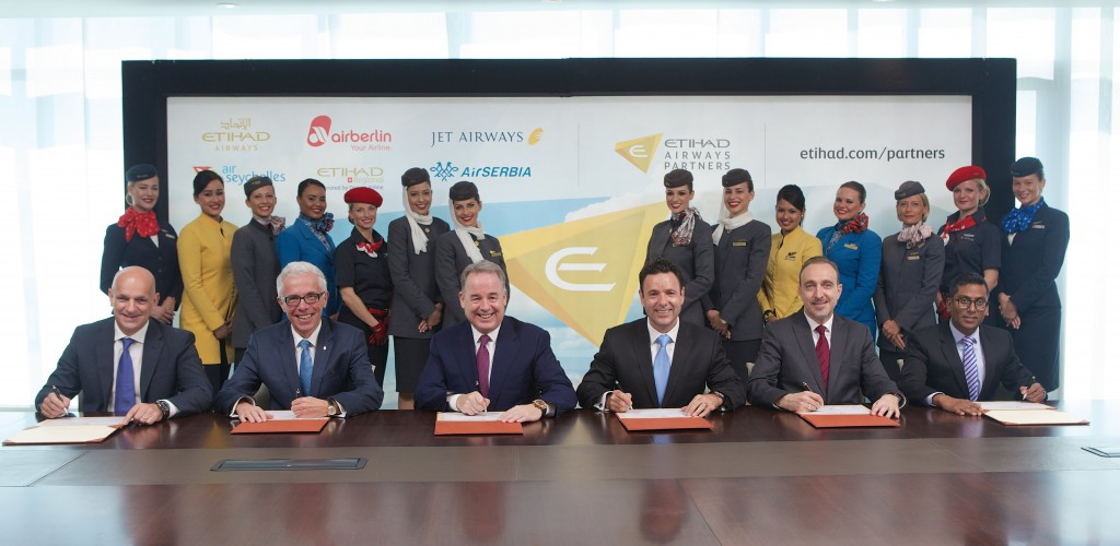 (von links nach rechts): Maurizio Merlo, CEO Darwin Airline; Wolfgang Prock-Schauer, CEO airberlin; James Hogan, President and CEO Etihad Airways; Cramer Ball, CEO Jet Airways; Dane Kondić, CEO Air Serbia, Manoj Papa, CEO Air Seychelles; feiern die Einführung von Etihad Airways Partners. Foto: Etihad Airways