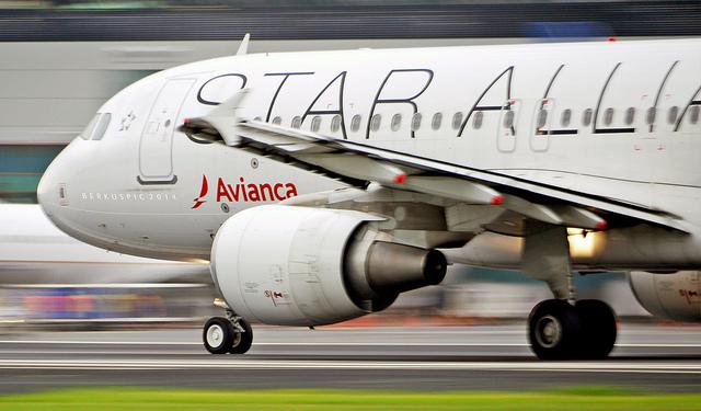 Foto: AVIANCA wearing Star Alliance skin rolling for departure. MROC / SJO.